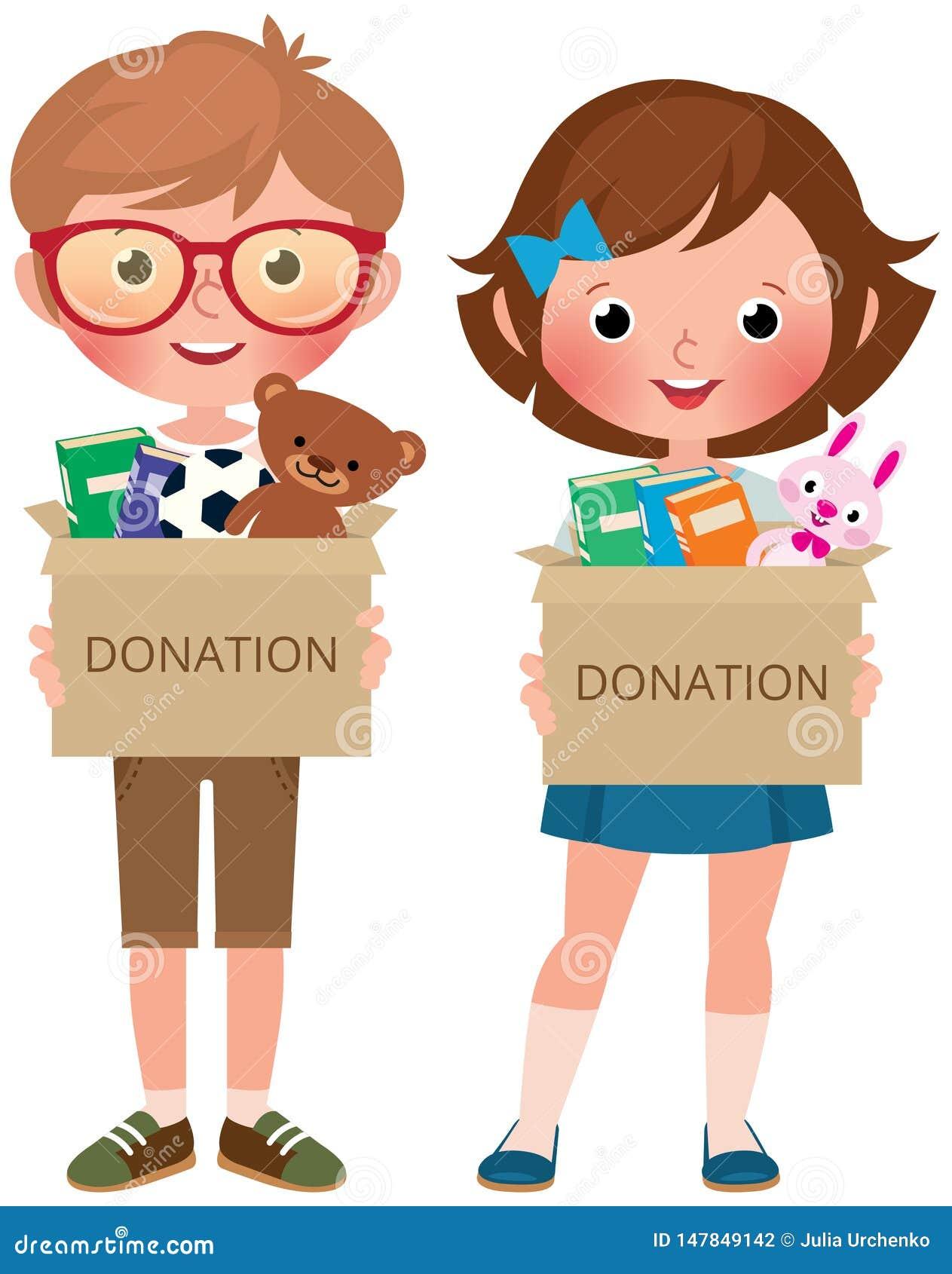 Junge und Mädchen, die Kästen von hält zu spenden gefüllt mit Spielwaren und Büchern