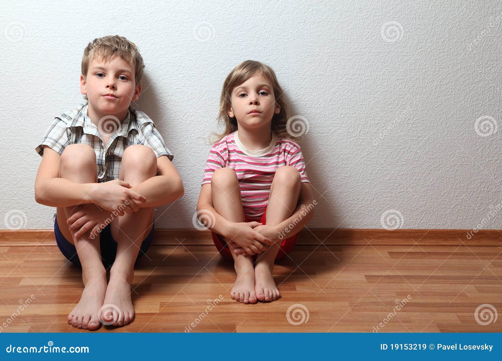 Junge Und Mädchen Sitzen Das Lehnen Auf Wand Lizenzfreie Stockbilder ...