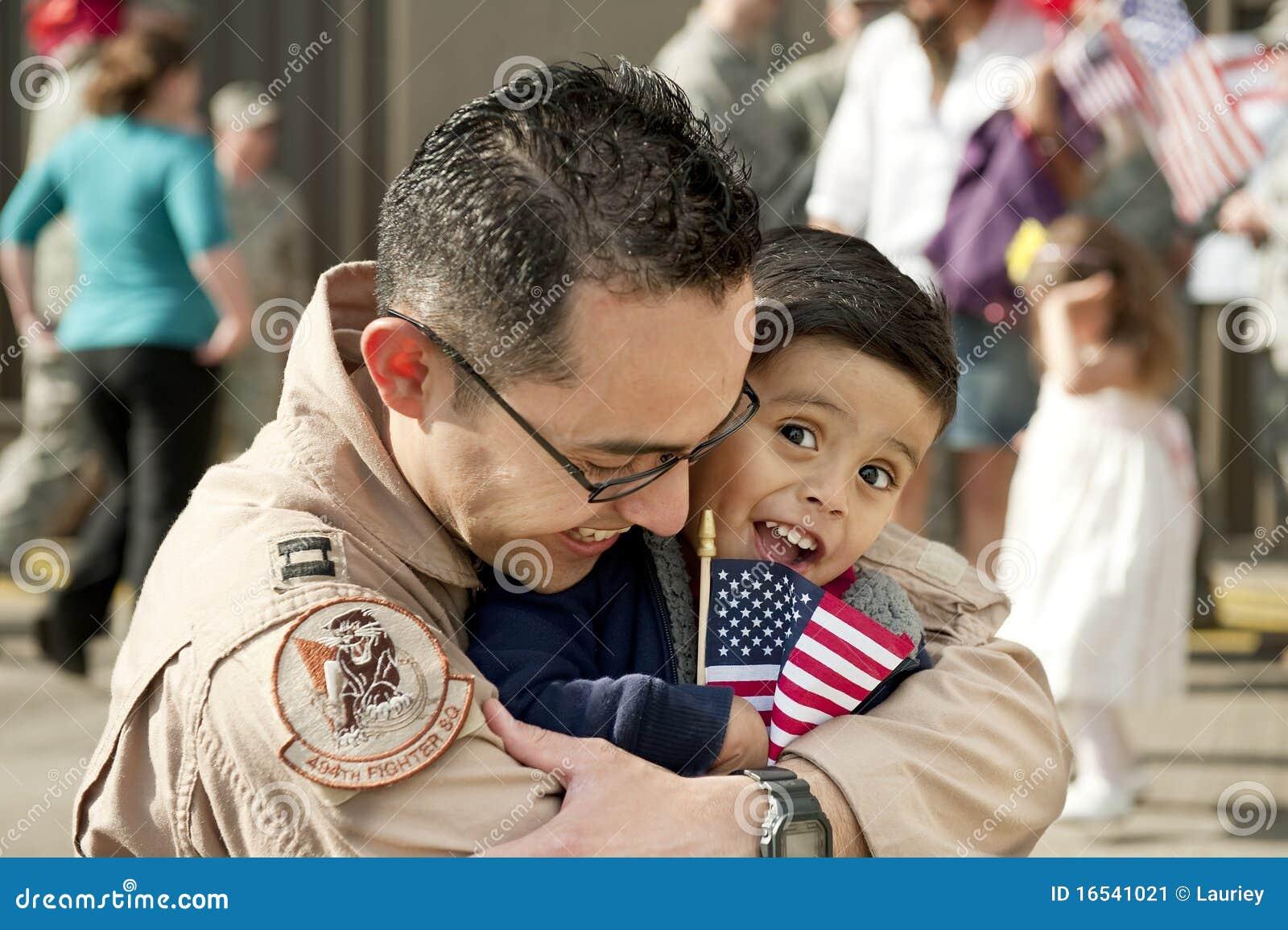 Junge und Vater (U.S.A.F.-Pilot) gewiedervereinigt