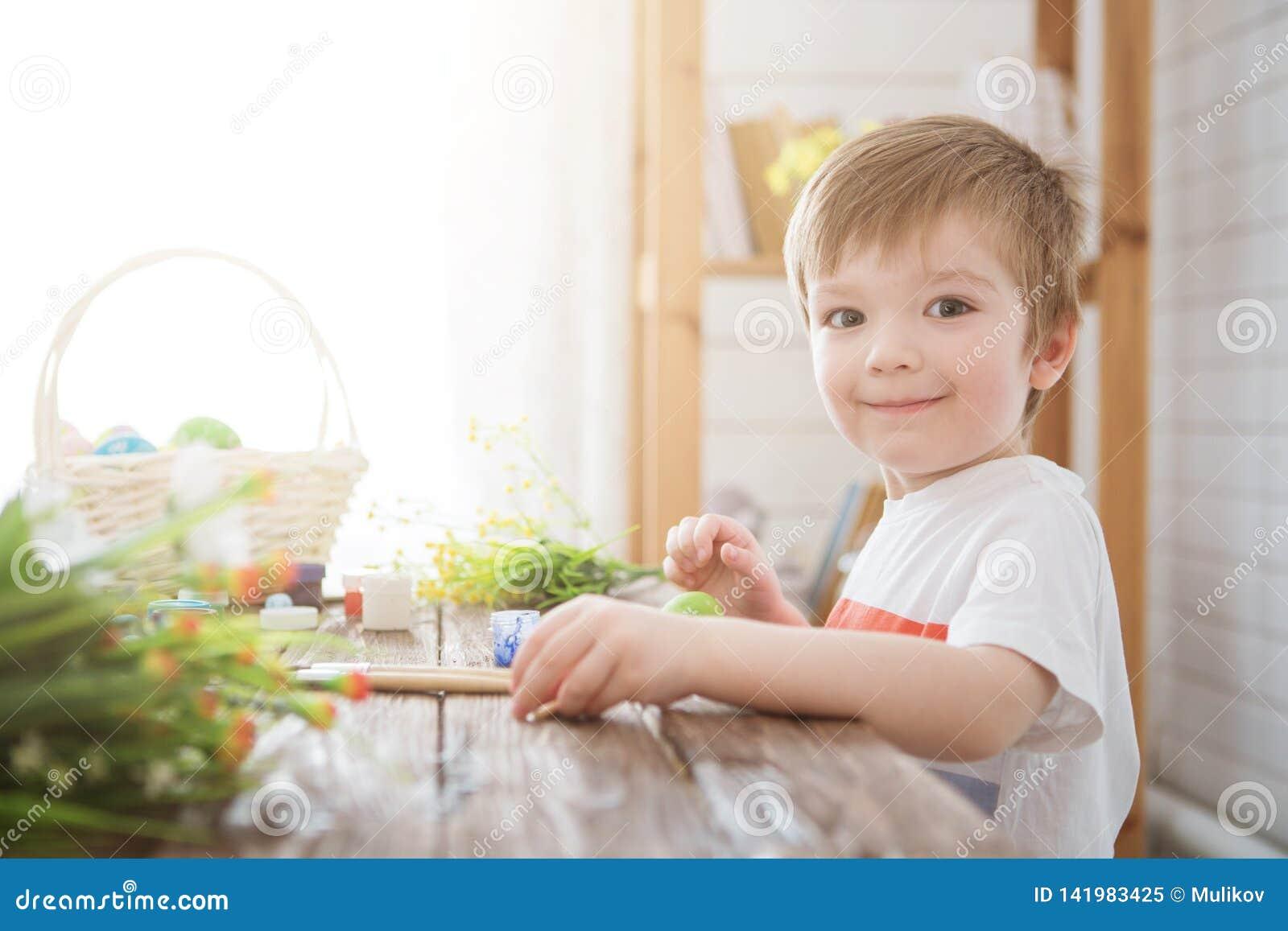 Junge verzieren Osterei Eine Malerei des kleinen Jungen und Verzierung von Ostereiern Porträt des netten Jungen 3 Jahre alt Er hä