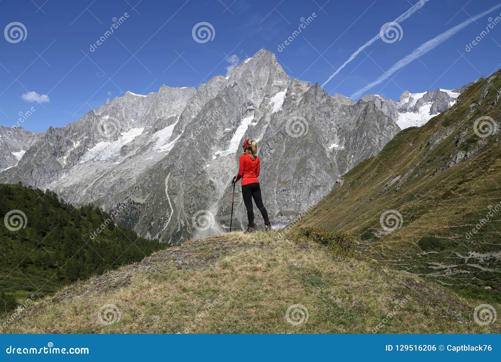 Junge Wandererfrau in Val Ferret