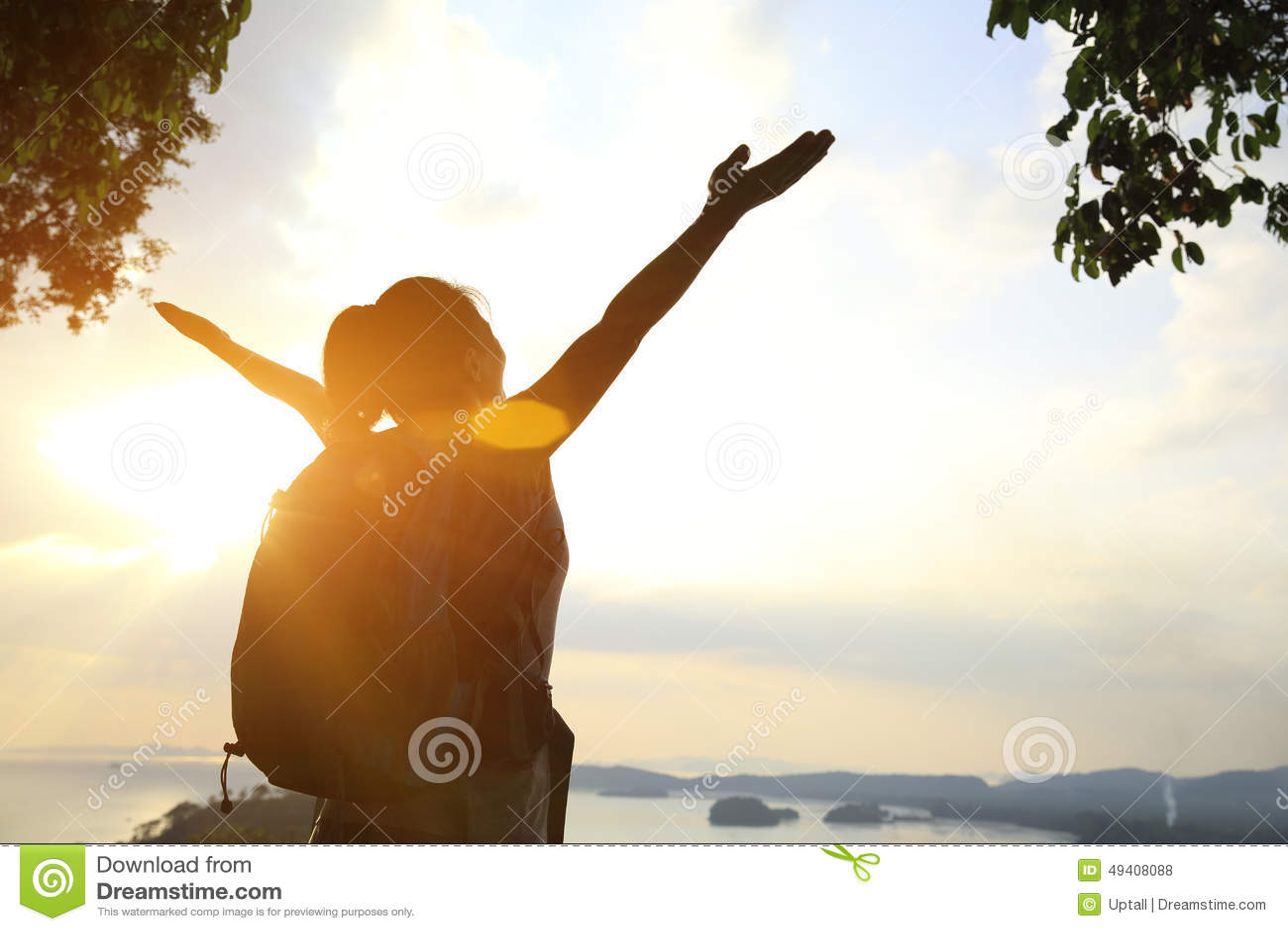 Download Junge Zujubelnde Offene Arme Der Frau Stockfoto - Bild von glücklich, rückseite: 49408088