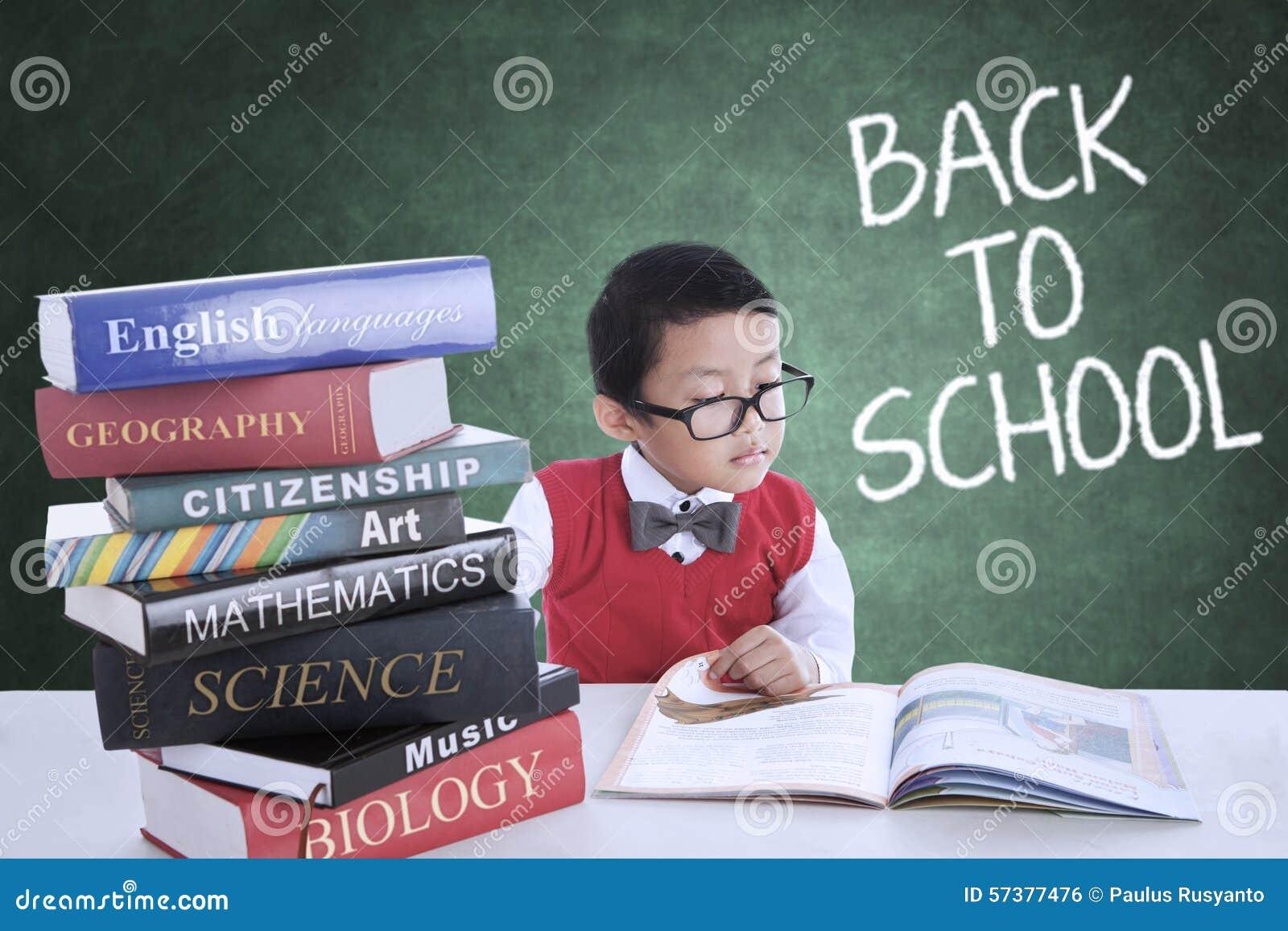 Junge zurück zu Schule und Studieren in der Klasse