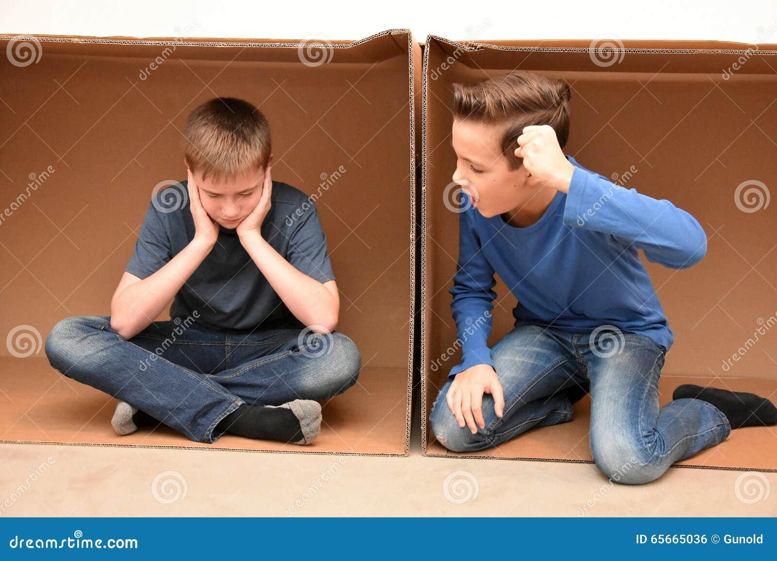 Jungen in beweglichem Kasten