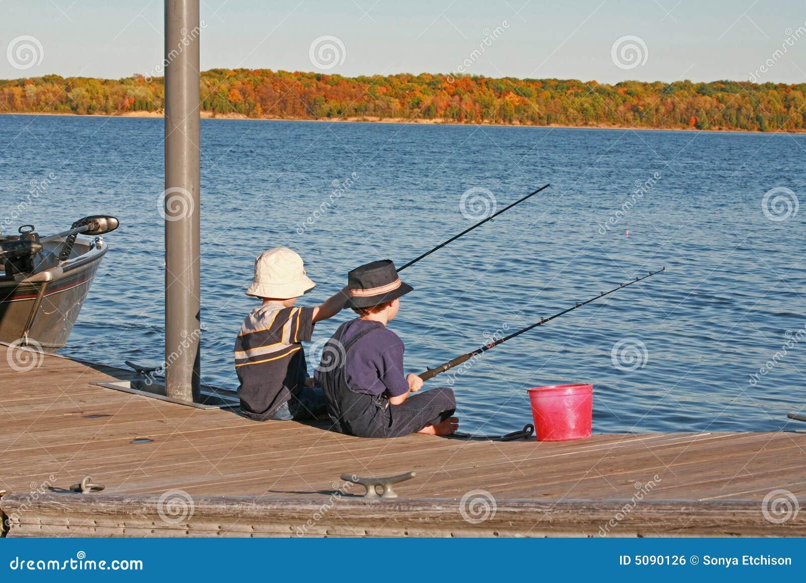 Jungen, die im Herbst fischen
