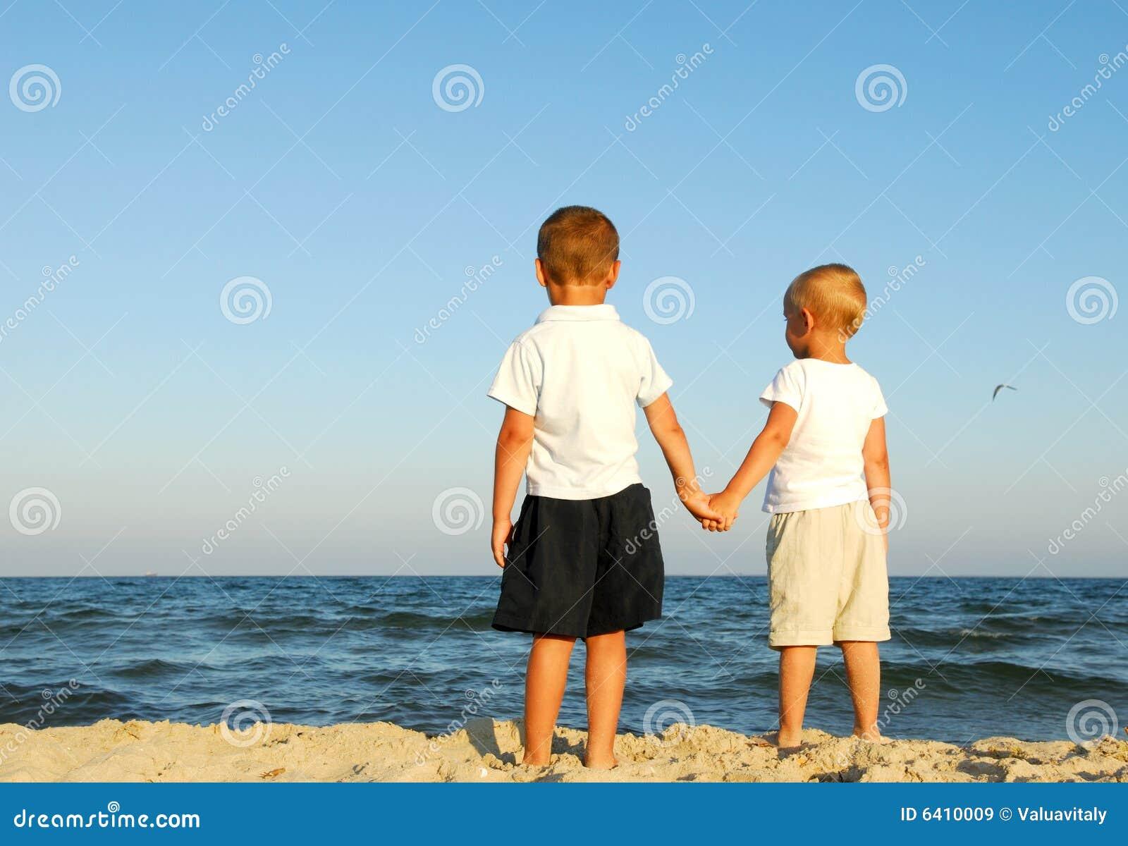 Jungen, die Meer überwachen