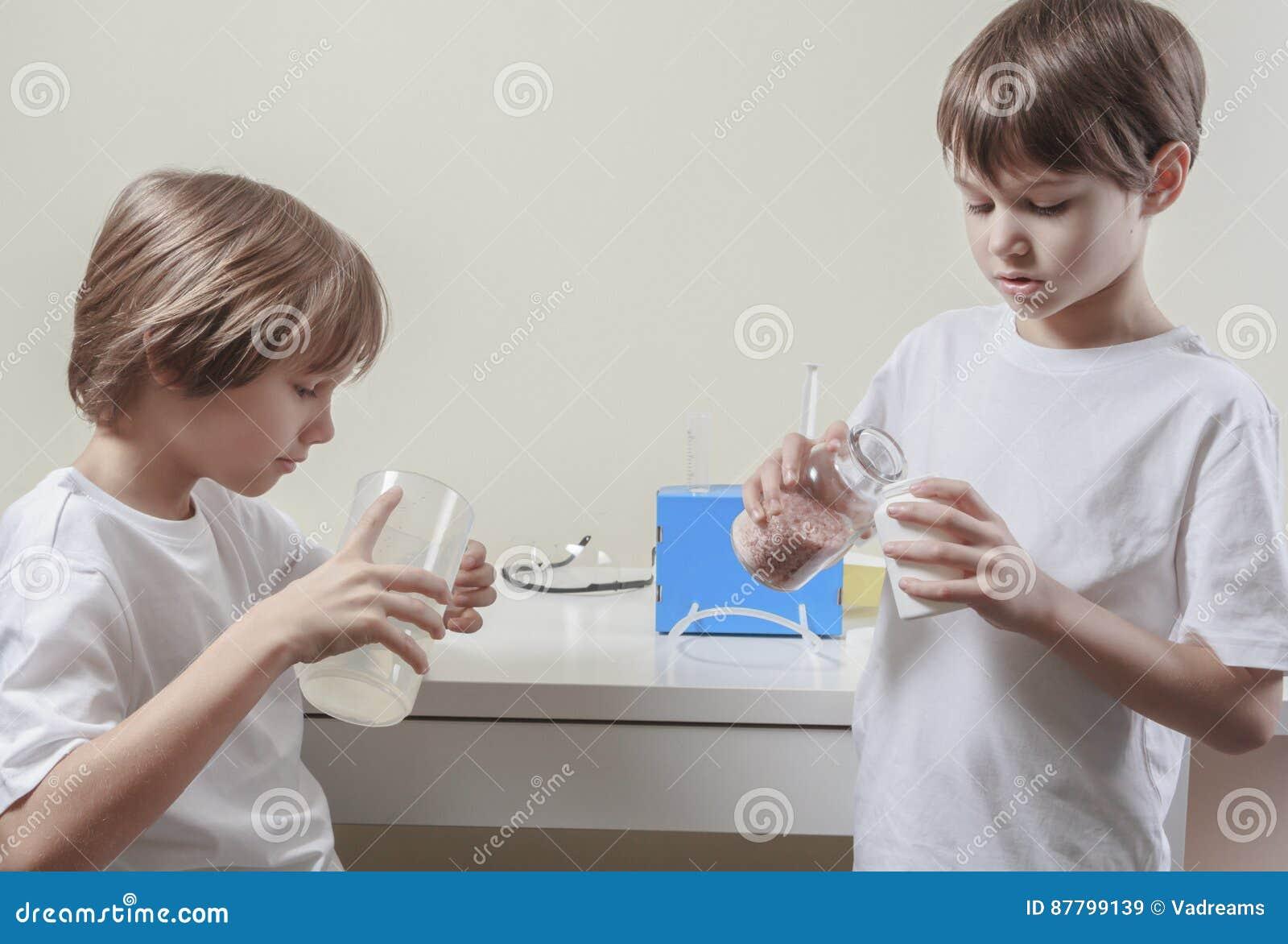 Jungen Die Wissenschaftsexperimente Tun Getrennte Alte Bücher