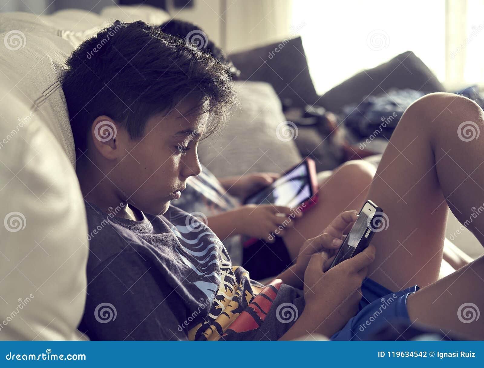 Jungen, die zu Hause Konsole spielen