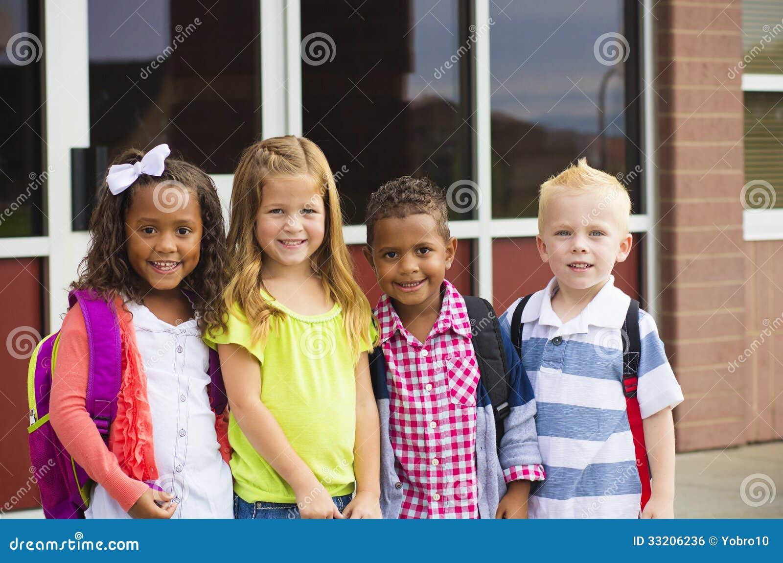 Jungen, die zur Schule gehen