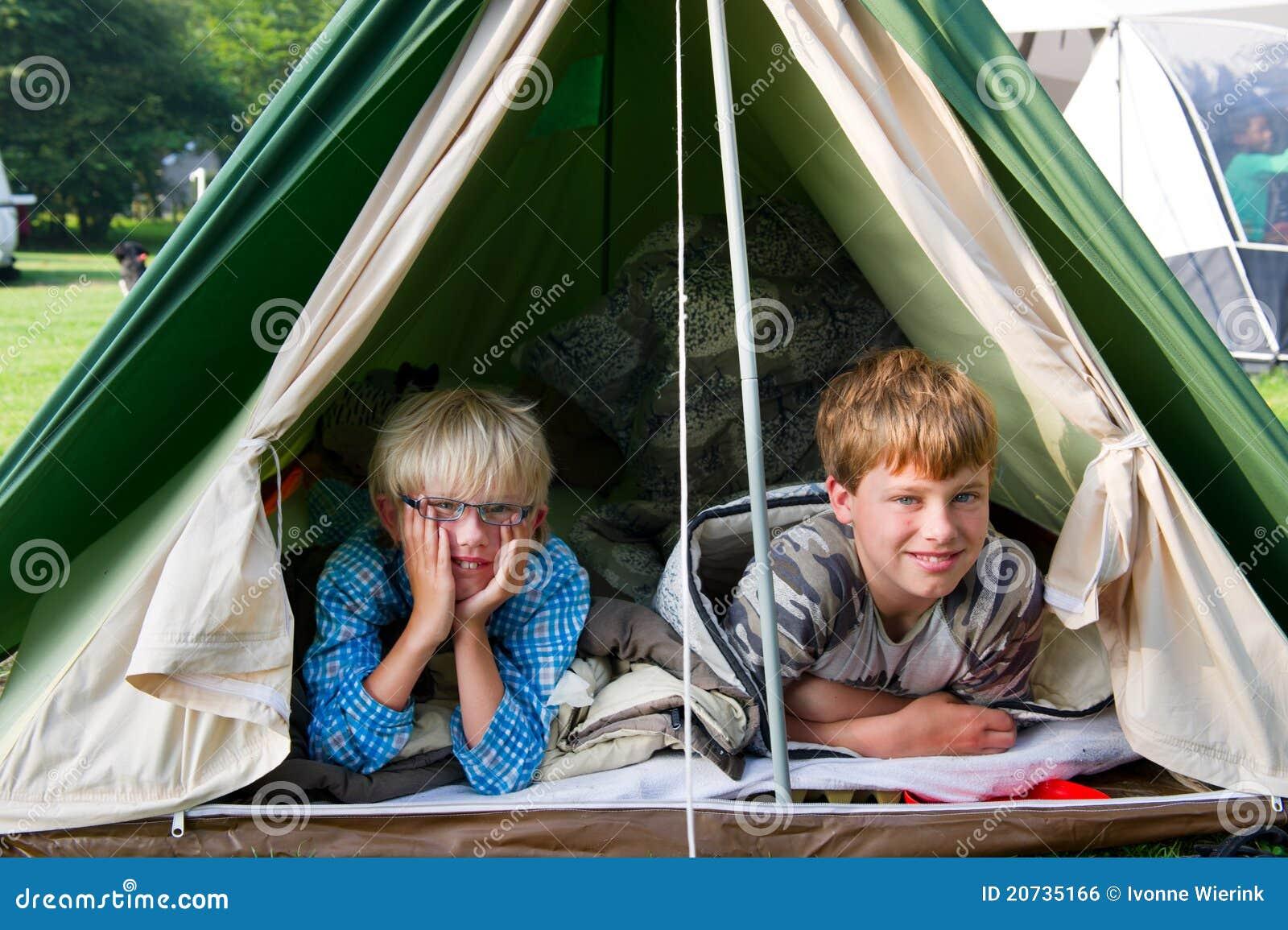 Zelt Im Koffer : Jungen im zelt stockfoto bild von jung legen