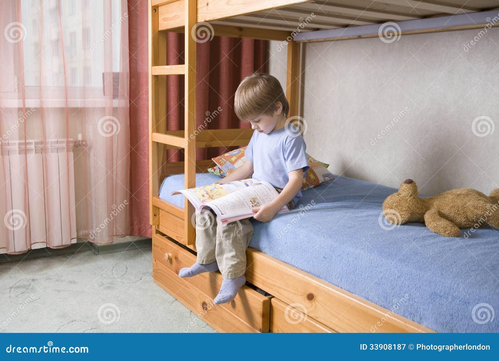 Etagenbett Jungen : Jungen lesebuch auf etagenbett stockbild bild von messwert bett