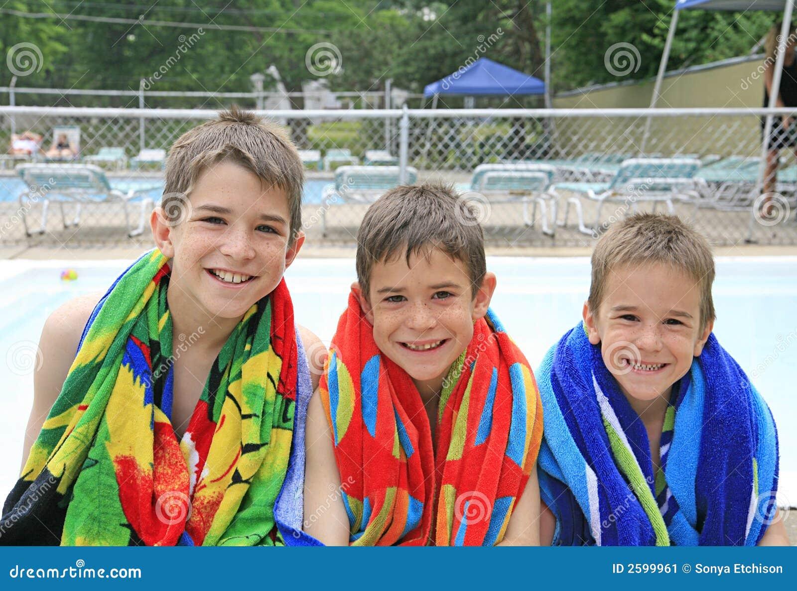 Jungen am Pool