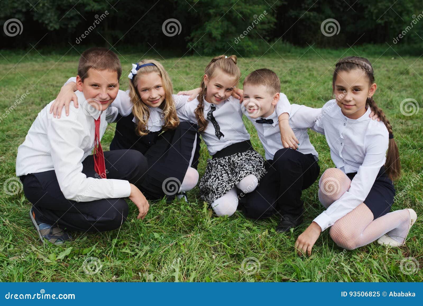 Jungen und Mädchen in der Uniform draußen