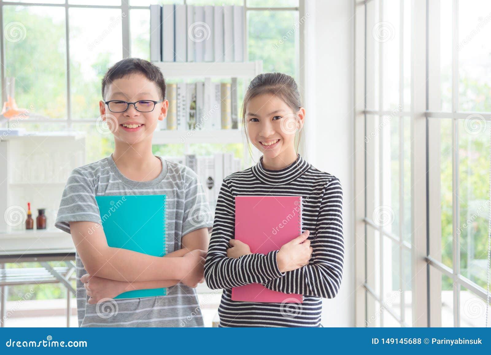 Jungen- und Mädchenstellung und Lächeln im Klassenzimmer