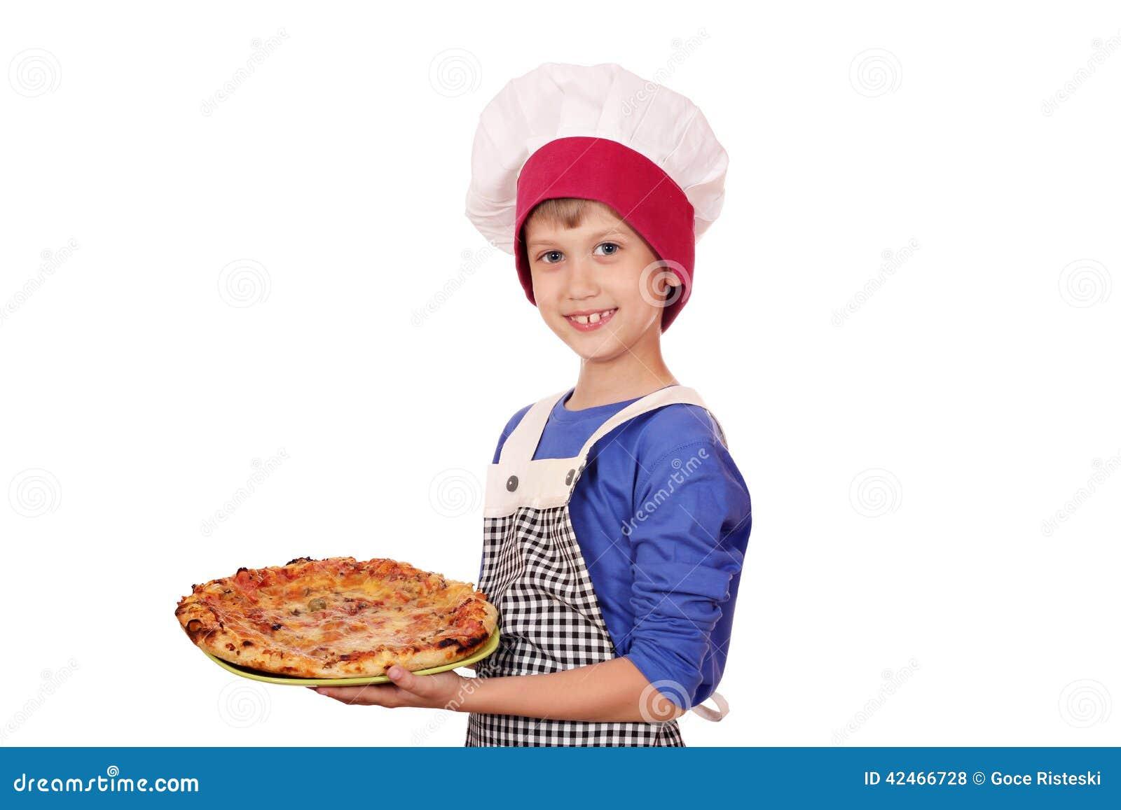 Jungenchef mit Pizza