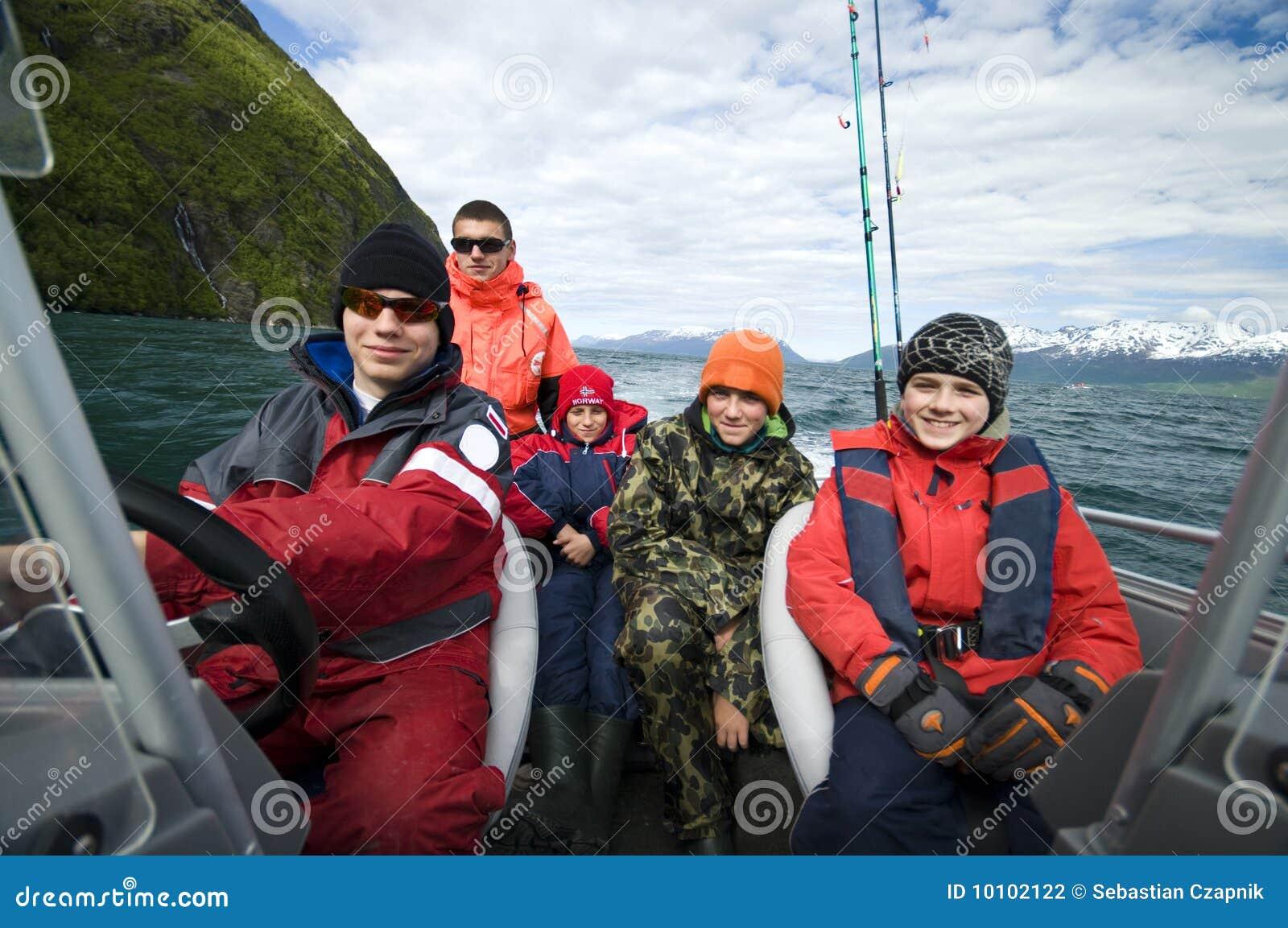Jungenfischereireise im Boot