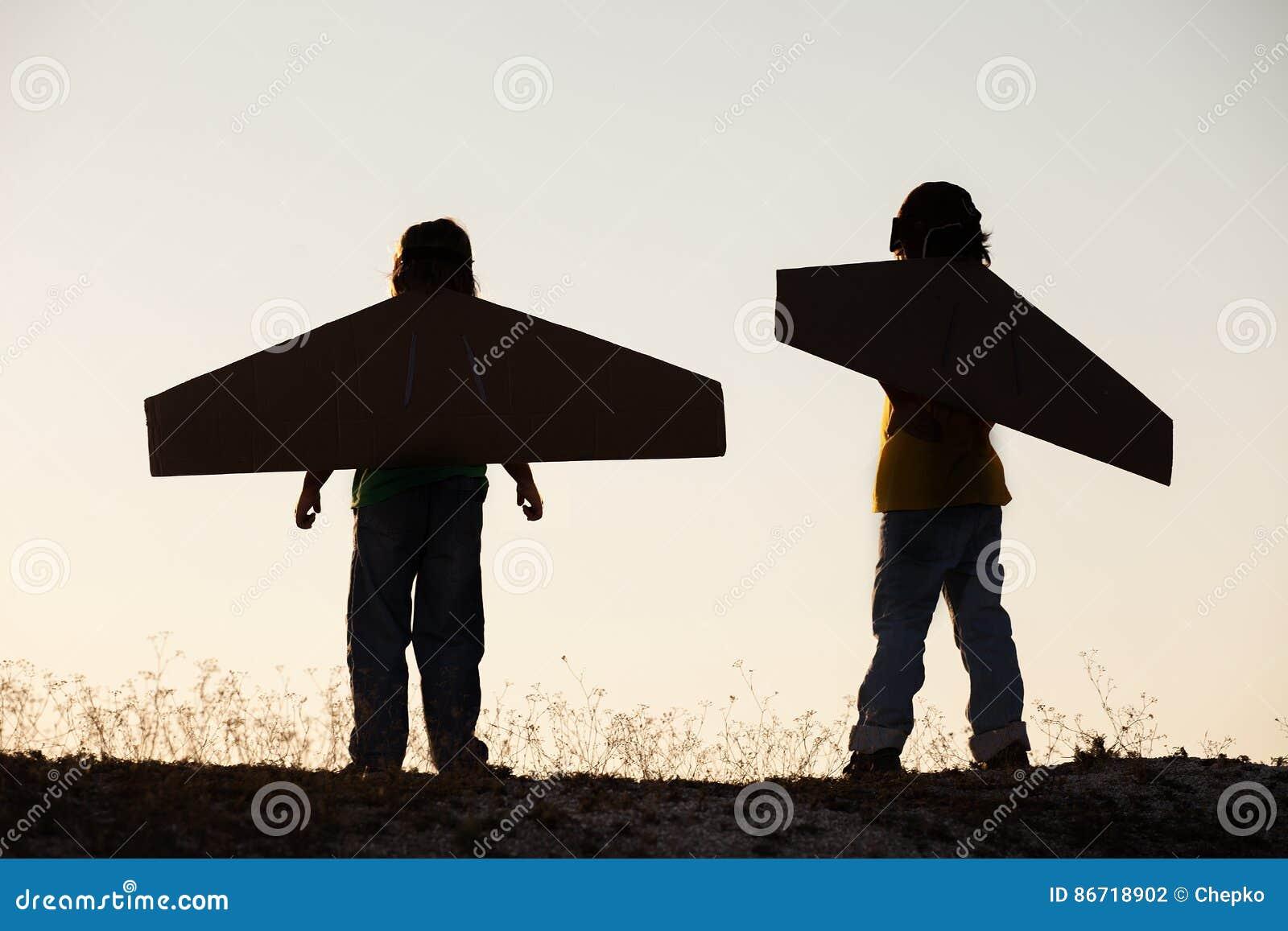 Jungentraum von draußen fliegen