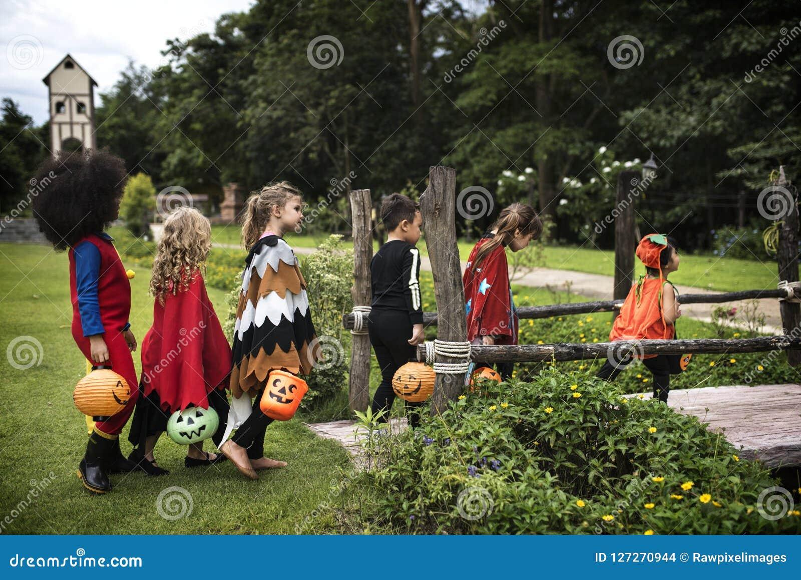 Jungentrick oder Behandlung während Halloweens