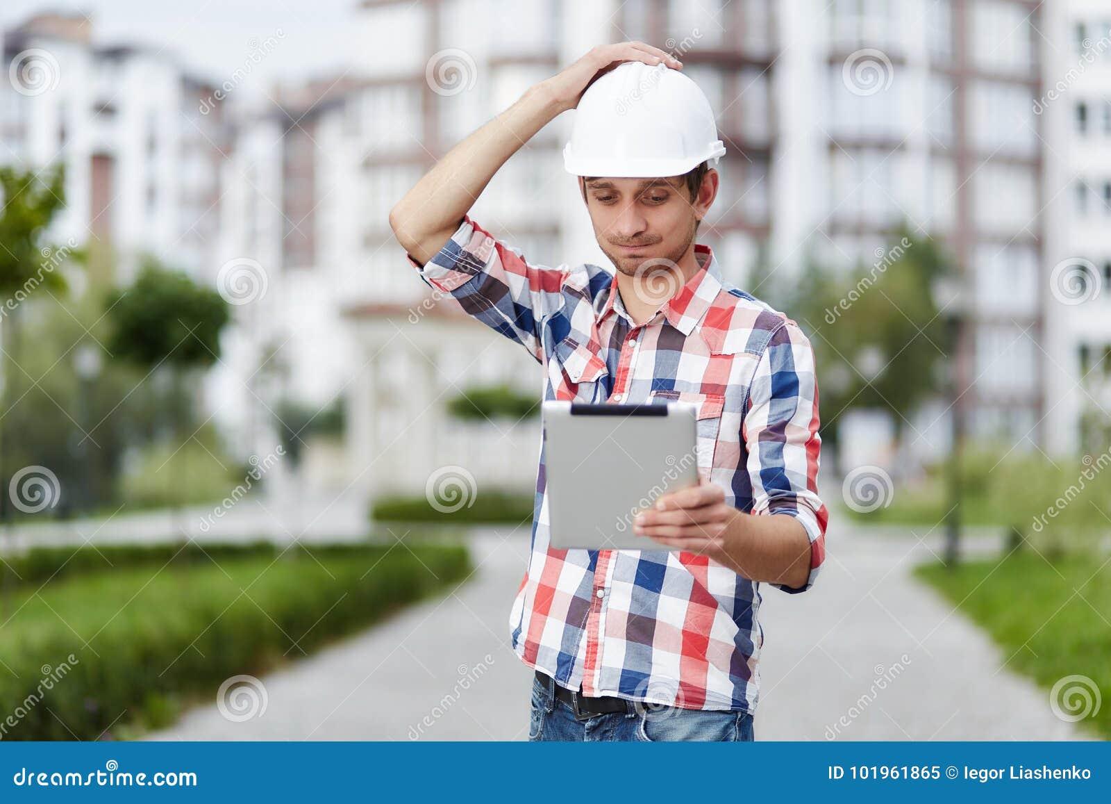 Junger Architekt vor Wohngebäude