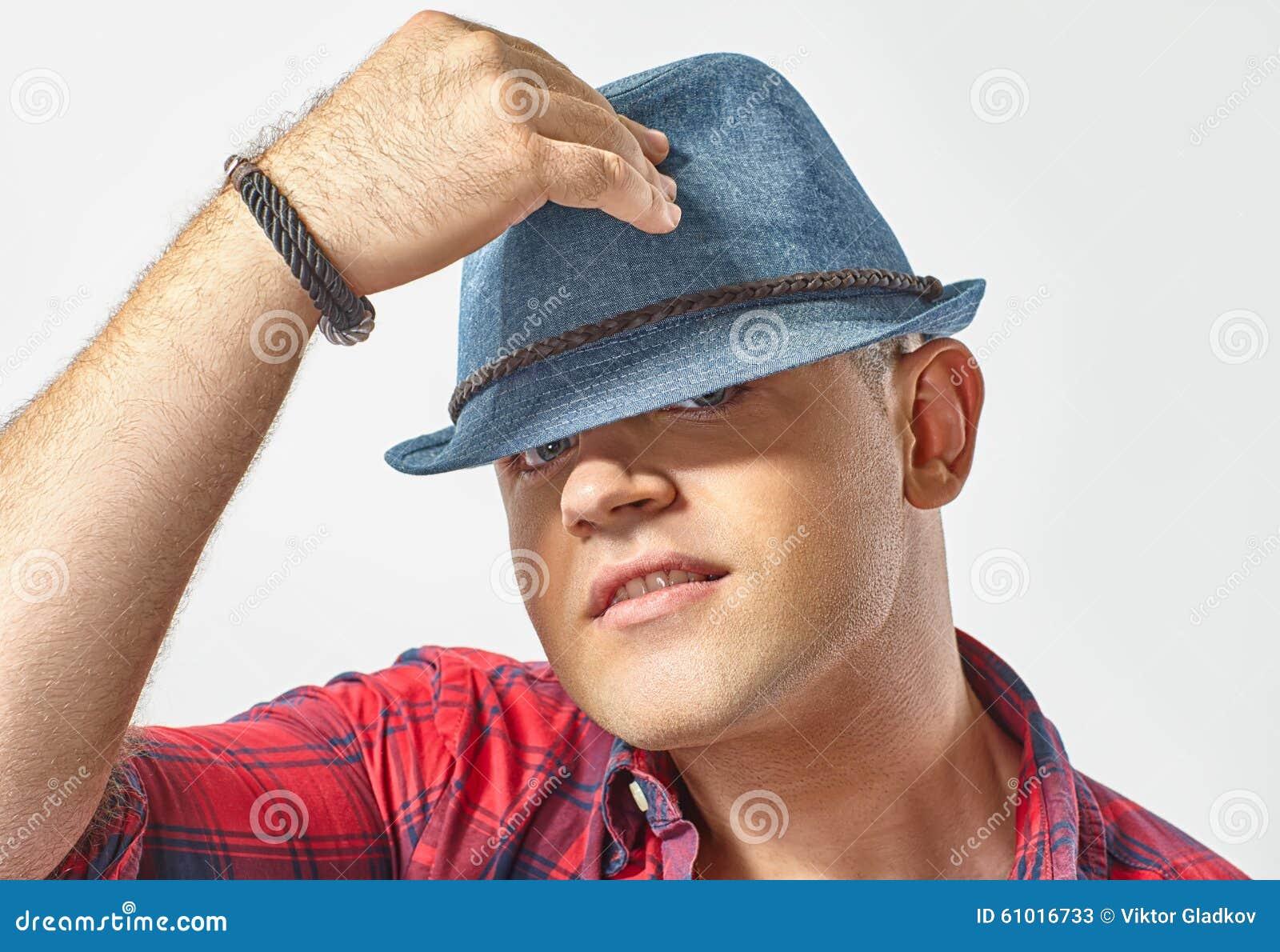 Junger attraktiver Mann, der einen Hut trägt