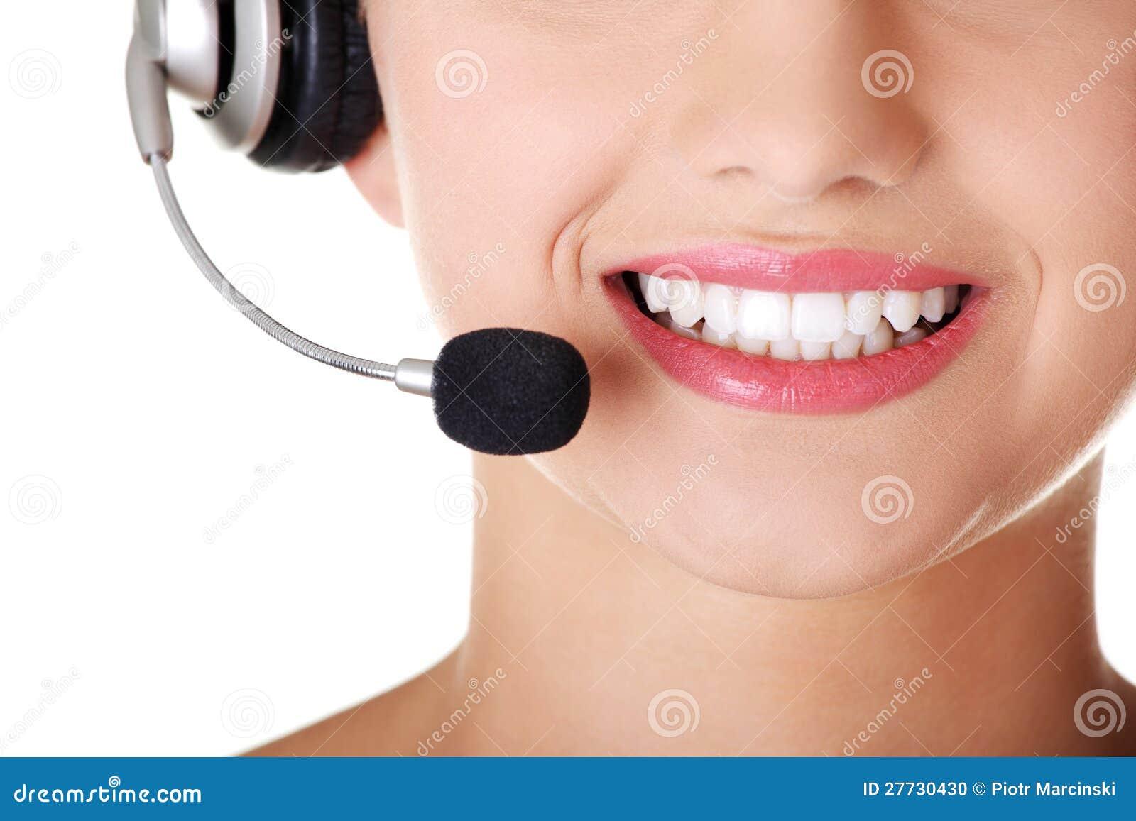 Junger Benennenmitte Assistent, der an der Kamera lächelt