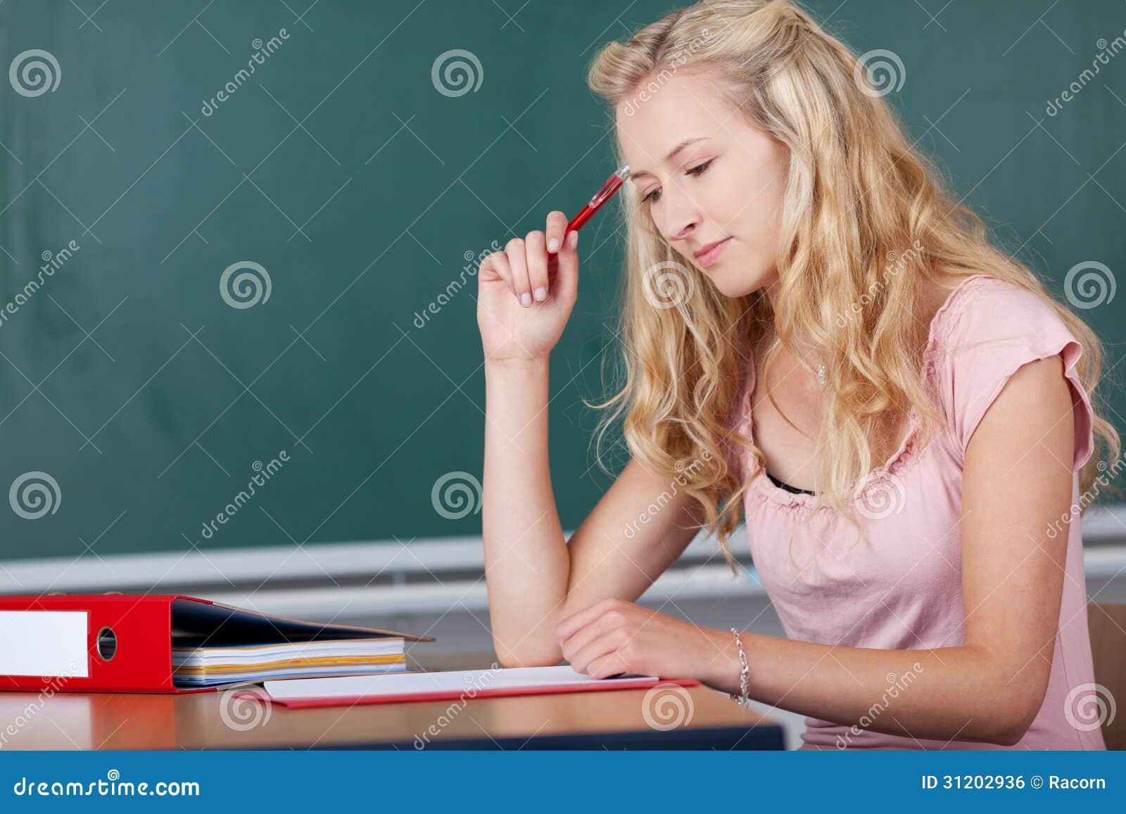 Junger blonder weiblicher Lehrer