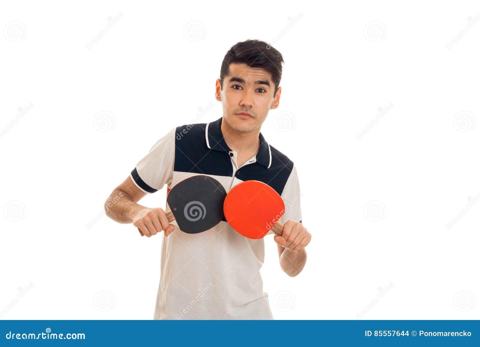 Junger Brunettemann, der das Tischtennis lokalisiert auf weißem Hintergrund im Studio spielt