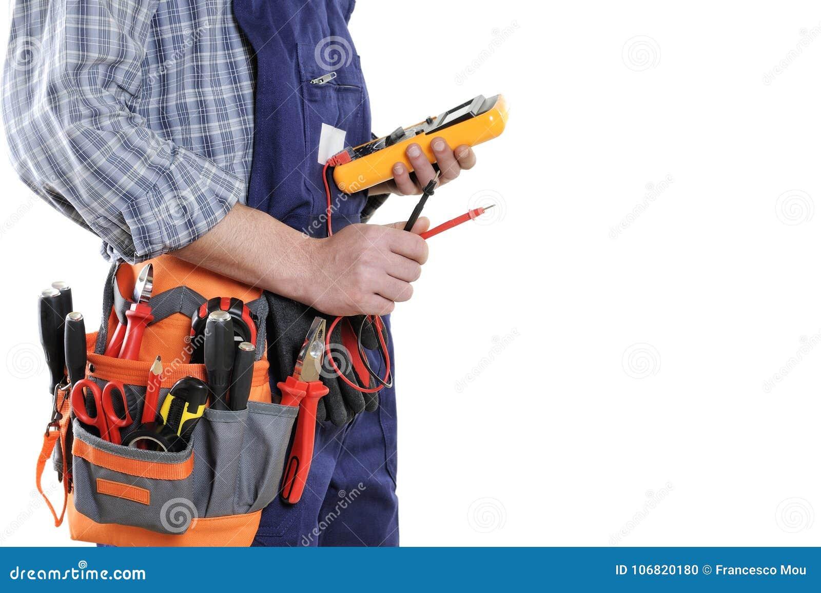 Junger Elektrikertechniker in der Kleidung und in Arbeitswerkzeugen lokalisiert