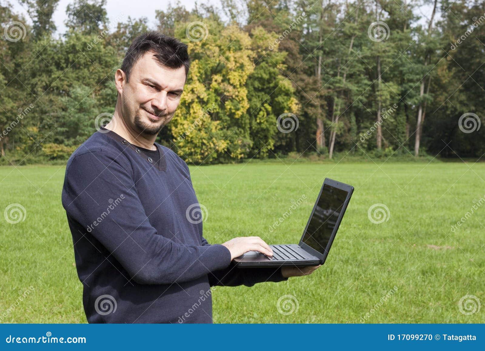 Junger Erwachsener, der draußen arbeitet