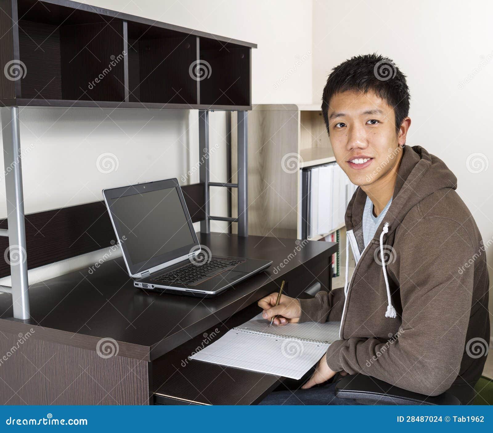 Junger erwachsener Mann, der für Schule studiert