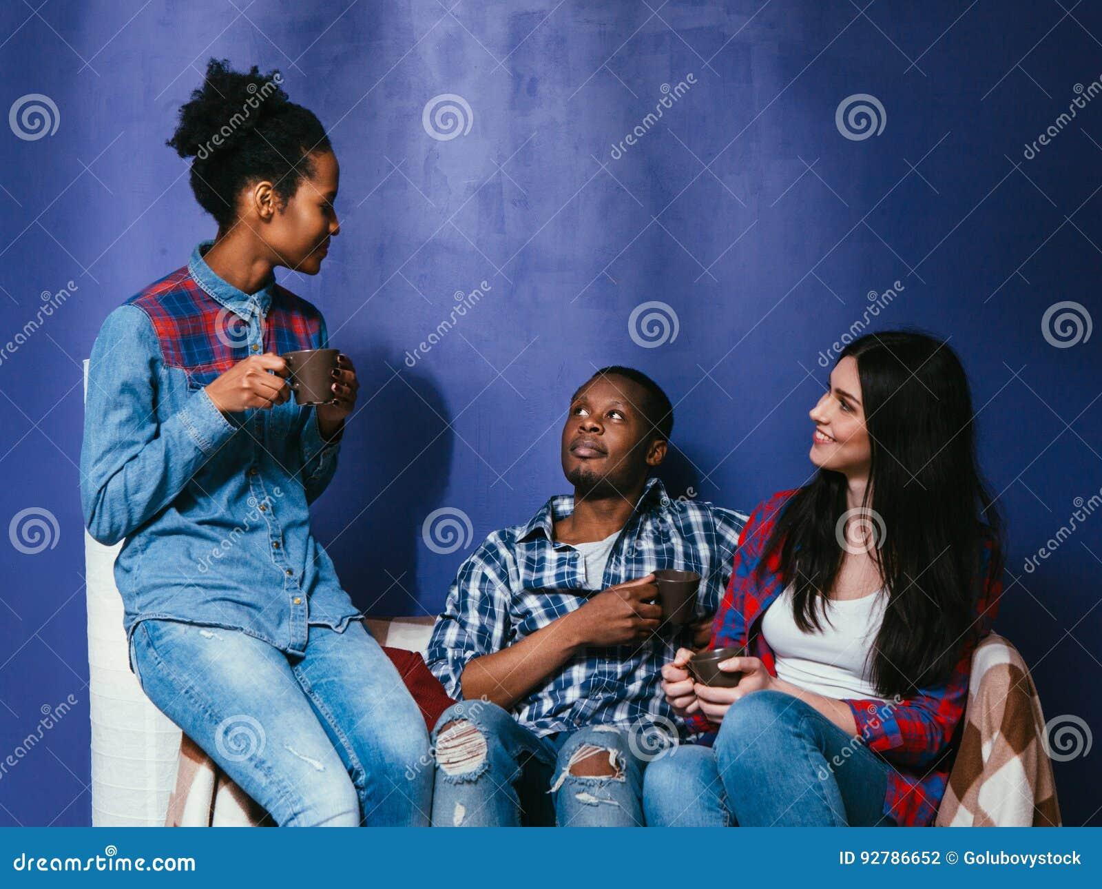 Junger Freundgetränkkaffee, zwischen verschiedenen Rassen Freundschaft