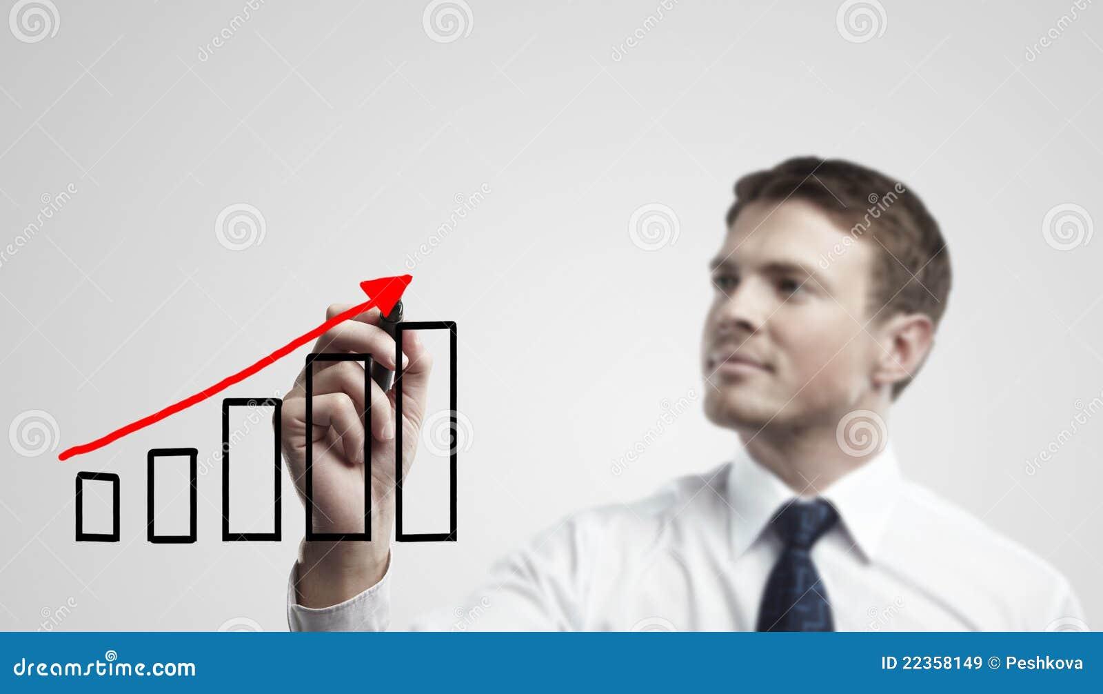 Junger Geschäftsmann, der ein Anstiegdiagramm zeichnet