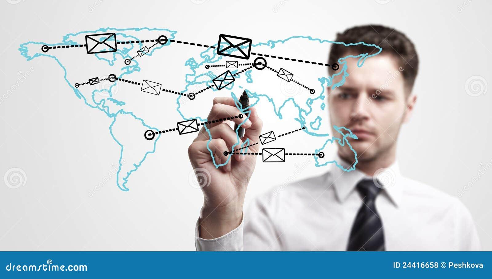 Junger Geschäftsmann, der ein Gesamt-Netzwerk zeichnet