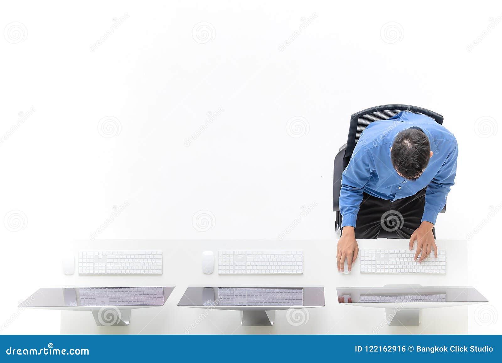 Junger Geschäftsmann, der im Büro mit modernem Computer, ta sitzt