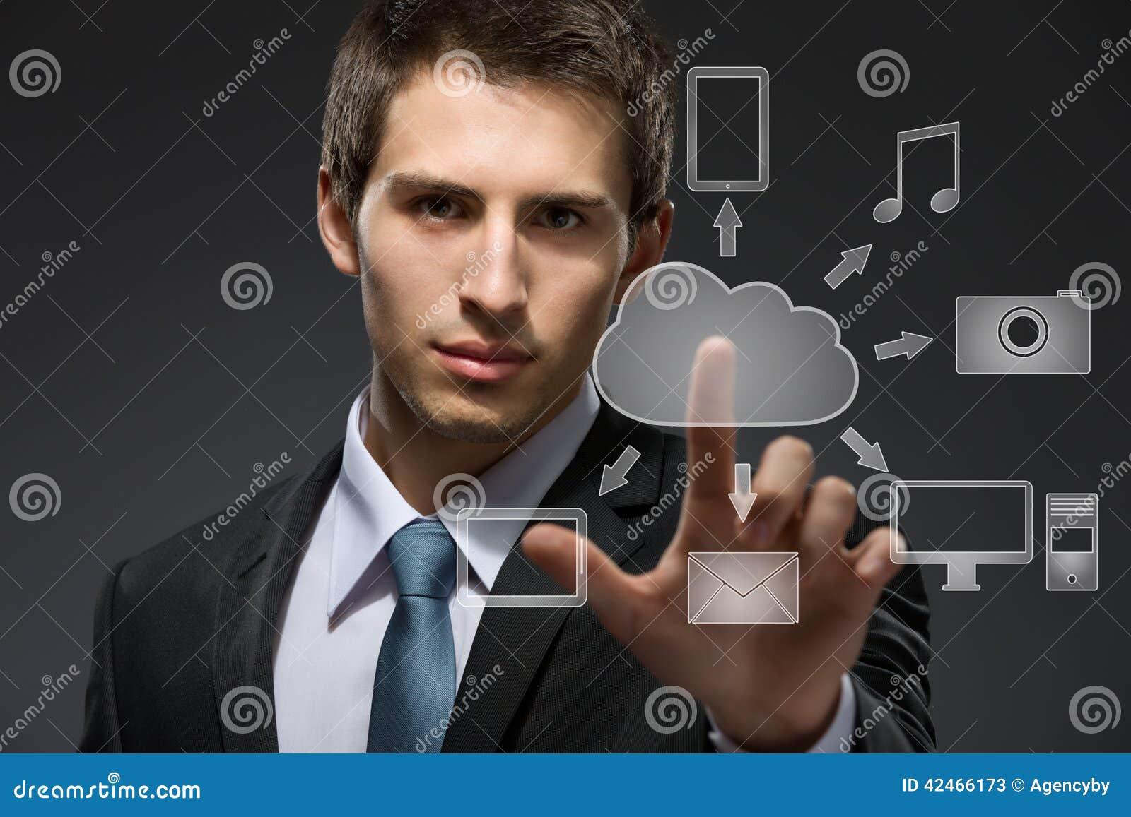 Junger Geschäftsmann, der mit Wolkentechnologie arbeitet