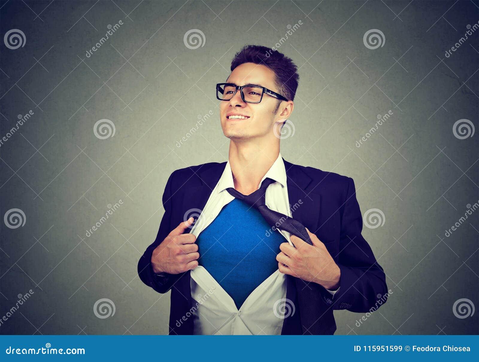 Junger Geschäftsmann, der wie ein Superheld auseinander reißt sein Hemd fungiert