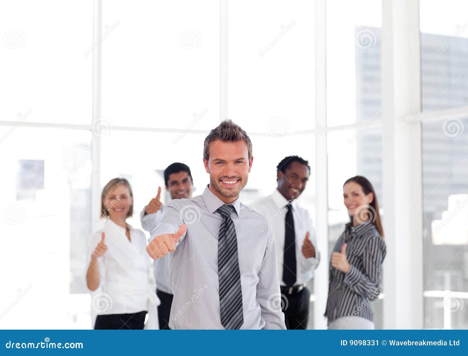 Junger Geschäftsmann Thumbs-up