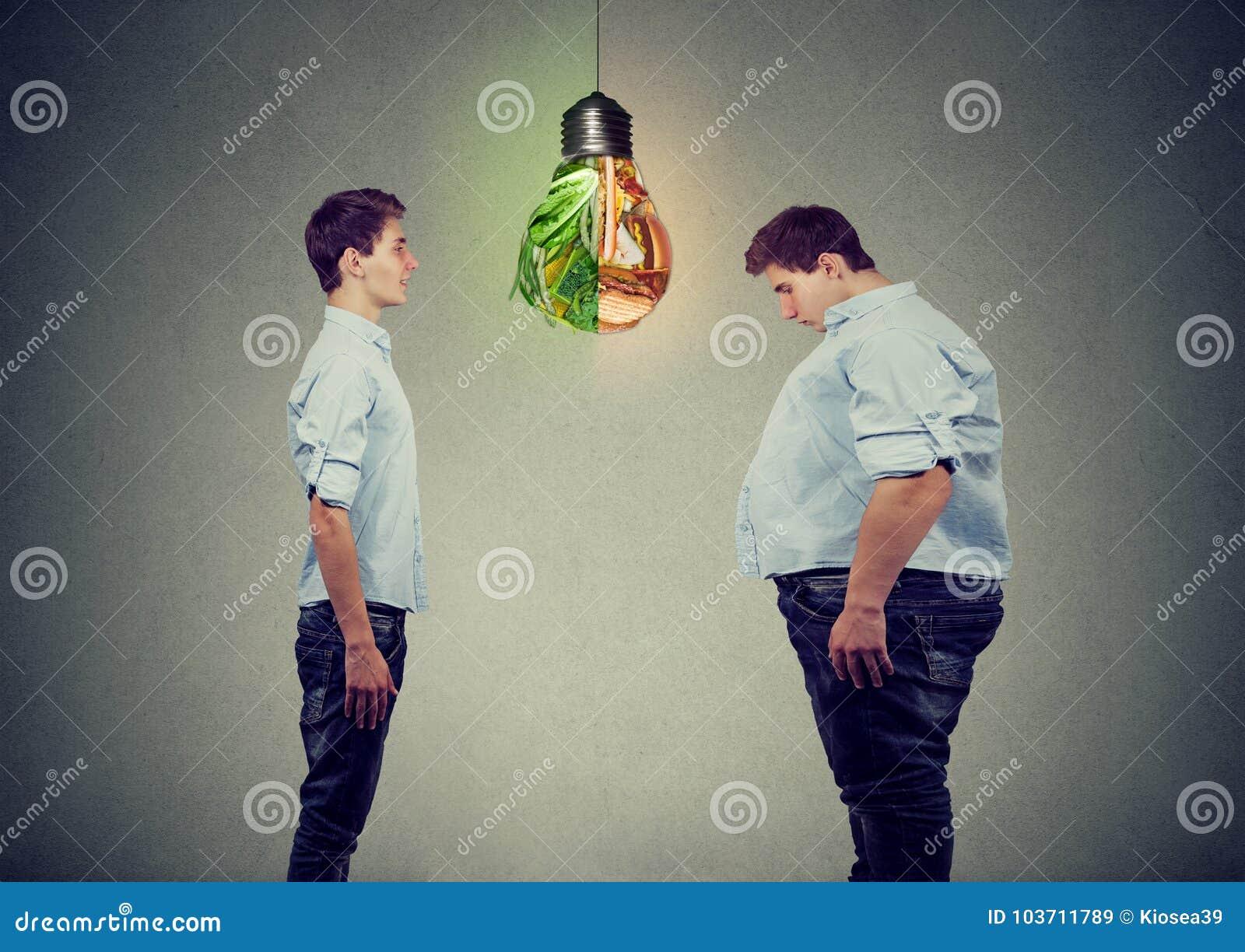 Junger glücklicher dünner Mann, der traurigen fetten Kerl selbst betrachtet Auserlesenes rechtes Nahrungskonzept der Diät