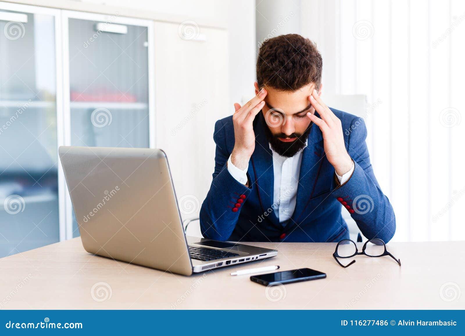 Junger hübscher Geschäftsmann Has Headache