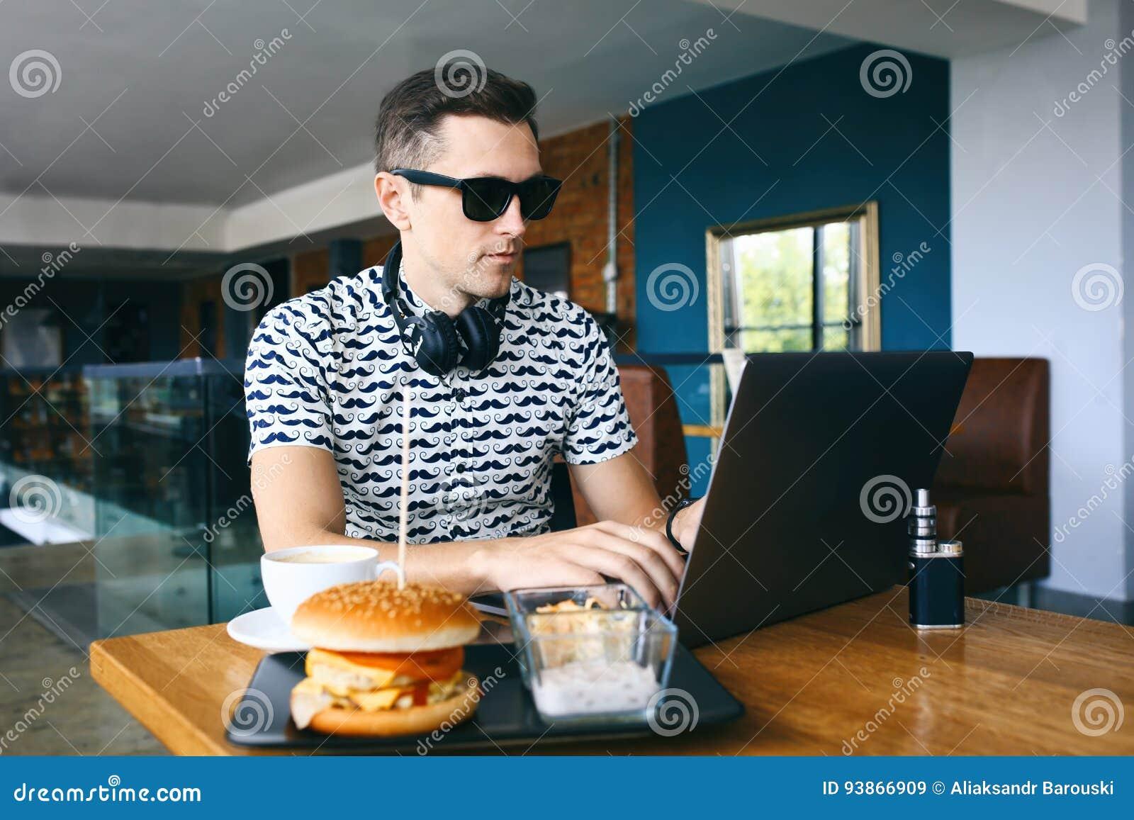 Junger Hübscher Hippie-Mann In Der Sonnenbrille Benutzt Laptop In ...