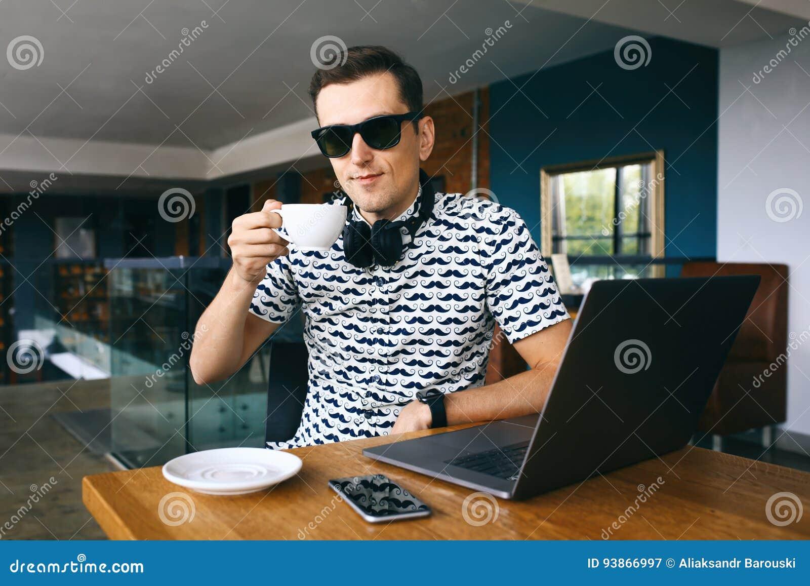 Junger Hübscher Hippie-Mann In Der Sonnenbrille, Die Im Café, Tasse ...