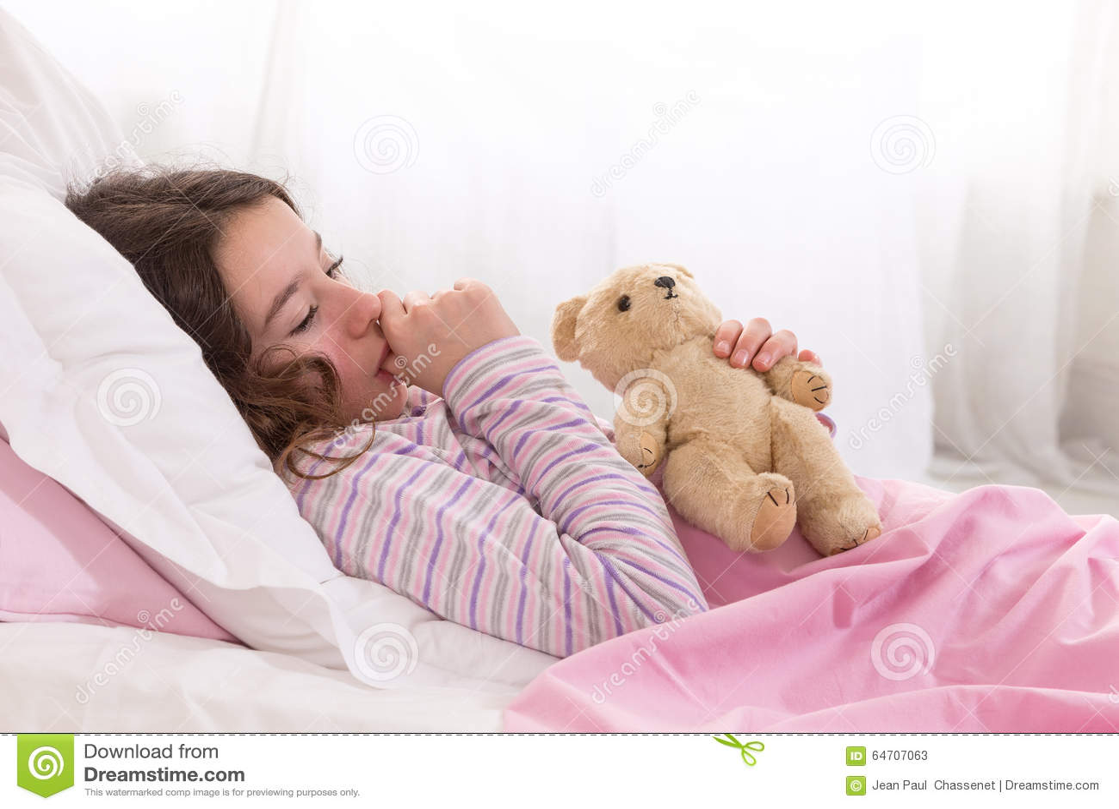 junger jugendlicher schlafend im bett mit teddy bear. Black Bedroom Furniture Sets. Home Design Ideas
