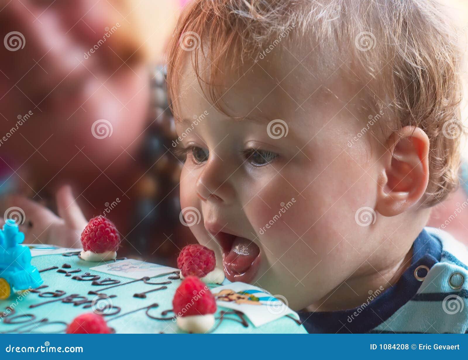 Junger Junge auf Geburtstag