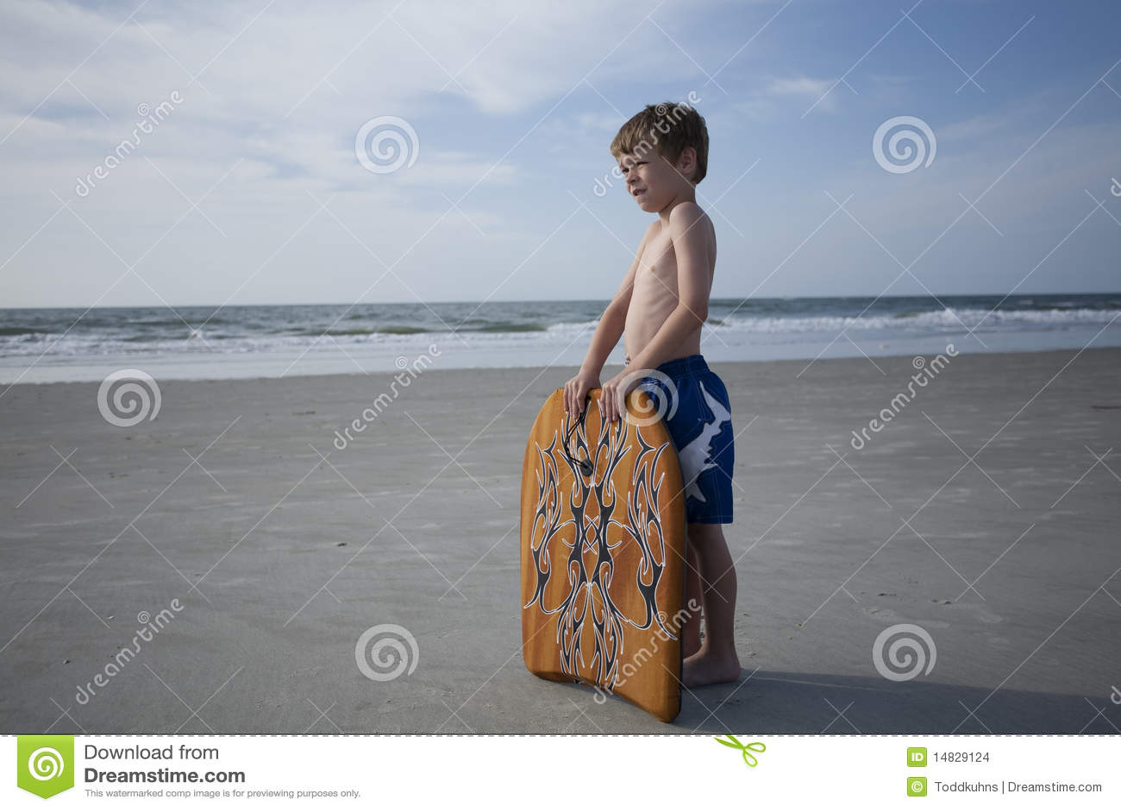 Junger Junge am Strand
