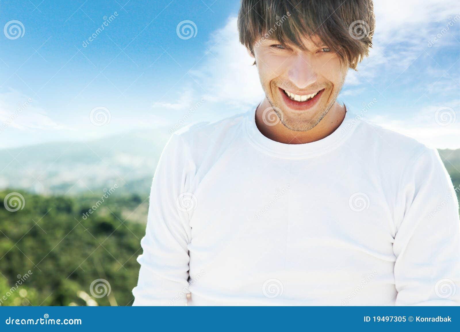 Junger lächelnder Mann