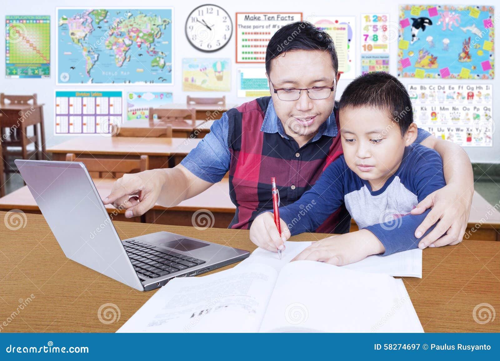 Junger Lehrer Führt Seinen Studenten, Um Zu Lernen Stockbild - Bild ...