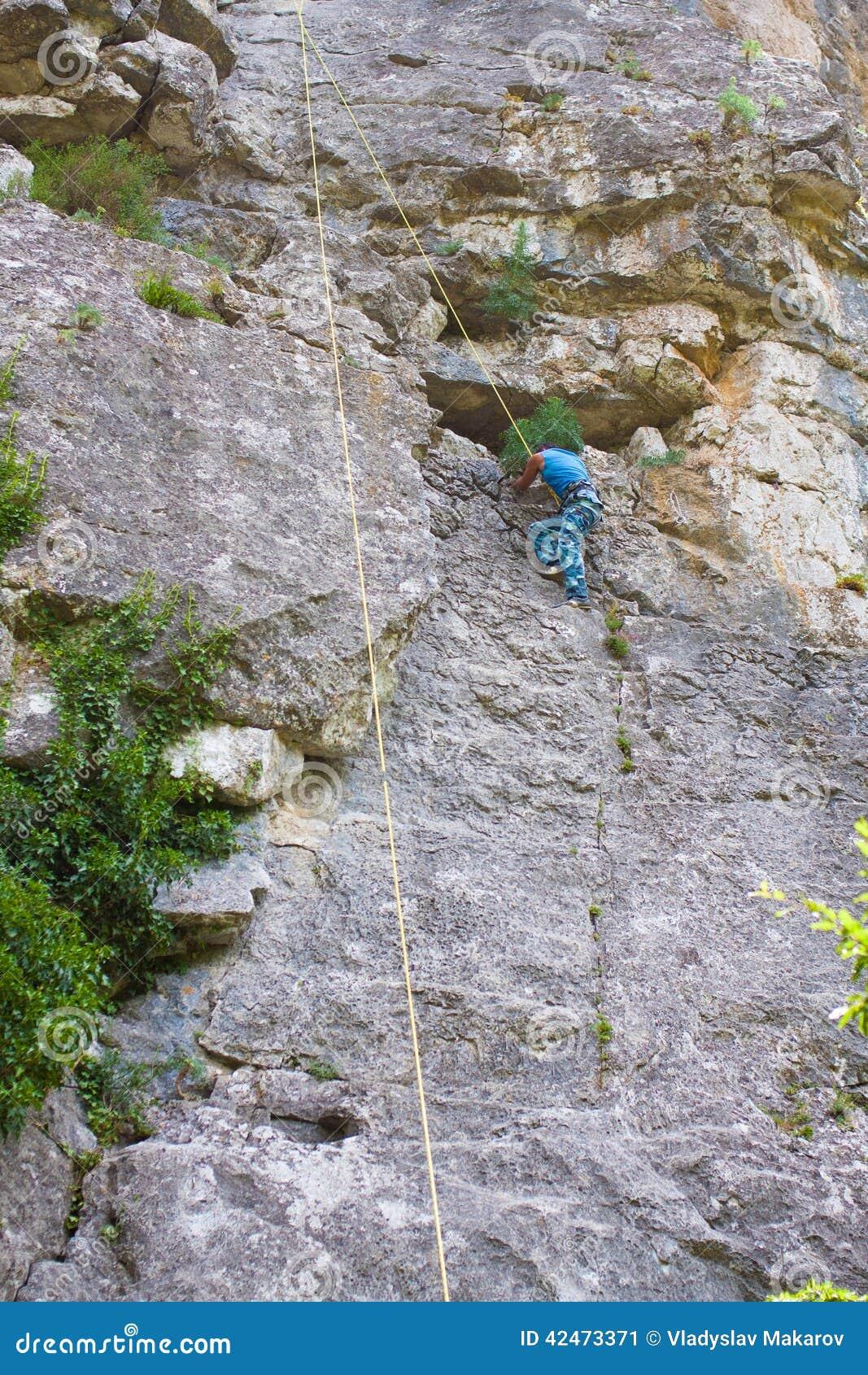 Junger männlicher Kletterer
