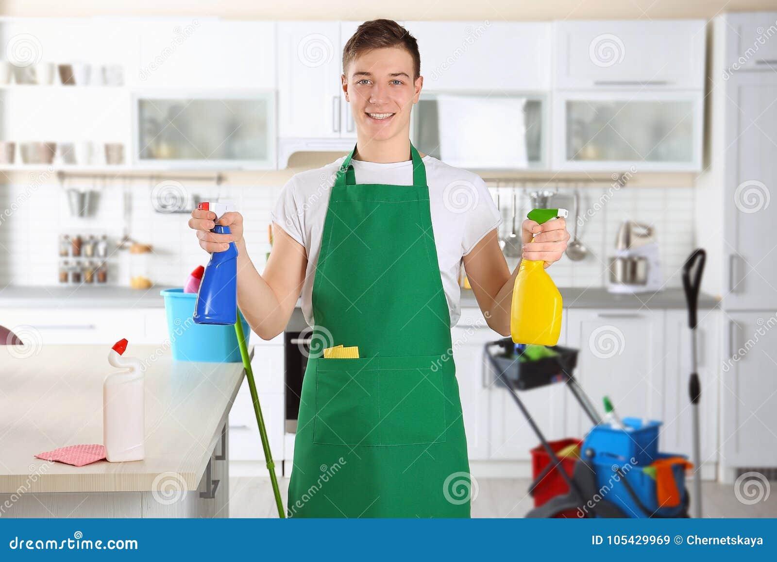 Junger männlicher Reiniger bei der Arbeit