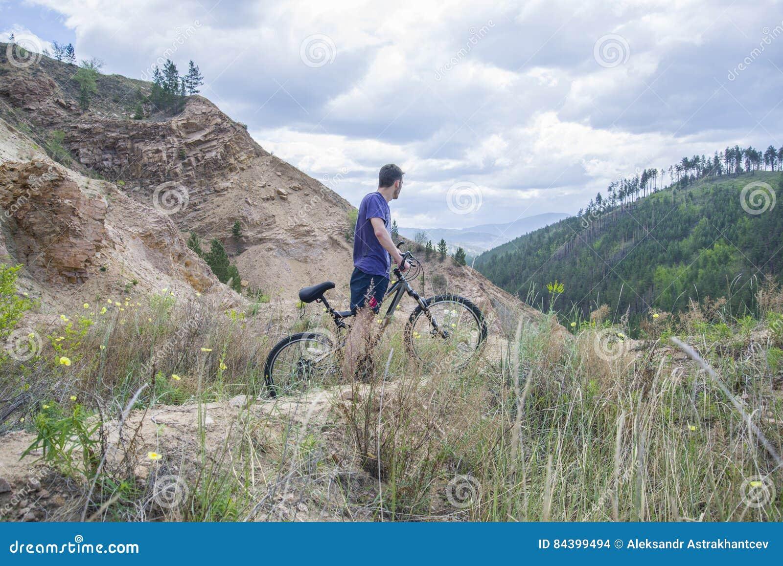 Junger Mann auf Mountainbike in den Bergen