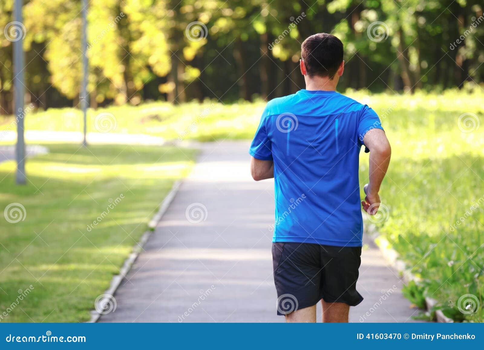 Junger Mann, der draußen läuft